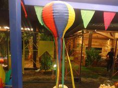 Um colorido balão enfeita a barraca de doces, entre eles, pé de moleque, paçoca e canjica. Clique aqui e conheça o delicioso cardápio da Festa Junina da Fazenda!
