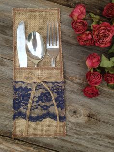 Adorned with navy or dark blue lace and a natural jute bow, these 50 charming cutlery holders brighten up your tabletop with the unique look of burlap. Burlap utensil holders add a rustic country touch to your table setting.