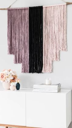 DIY Westwing: Painel boho A boho house asks for handmade products! Check out our DIY and make this treat for your home now. Diy Room Decor Videos, Easy Diy Room Decor, Diy Home Decor, Diy Para A Casa, Diy Casa, Boho Bedroom Diy, Boho Room, Yarn Wall Art, Diy Wall Art