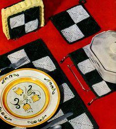 Checkerboard Set Pattern Potholder Patterns, Crochet Potholders, Vintage Crochet Patterns, Crochet Ideas, Crochet Projects, Loom Knitting, Knitting Patterns, Checkerboard Pattern, Crochet Home Decor