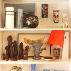 Vases by IW (W Hurst & Son) (1983, England), Liceu de Artes e Ofícios (1970s, Brazil) and Vallenti (1960s, Italy). Jacaranda crossed fingers talisman and murano vase (1960s), anonymous. | Vasos por IW (W Hurst & Son) (1983, Inglaterra), Liceu de Artes e Ofícios (década de 1970, Brasil) e Vallenti (década de 1960, Itália). Figas em jacarandá (1960), vaso em murano (1960), de autor desconhecido (Brasil). #lojateo #gioponti #1960s #anos60 #decor #decoracao #interiordesign #lamp #luminaria