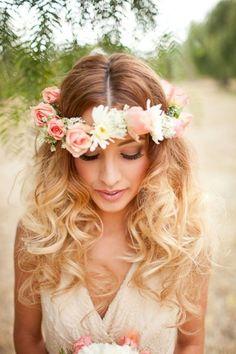 Capelli-sciolti-acconciatura-sposa-coroncina-di-fiori-rosa