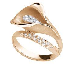 Изящный золотой лепесток обнимающий сверкающую бриллиантами сердцевину. Это золотое кольцо будет прекрасно сочетаться с повседневными элегантныи прическами и подойдет для особых случаев. Каллы – символ хранительниц очага, недаром этот цветок часто является главным украшением свадебного букета. Наши золотые каллы не только украсят яркие моменты вашей жизни, но сделают каждый день ярким праздником. Так же это женское кольцо с бриллиантами отлично сочетается с серьгами из коллекции Dune.