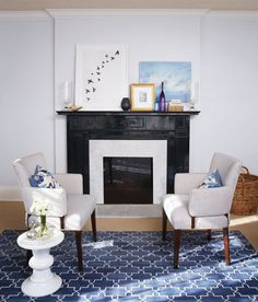 Option Paint it black. I love this look — it's so sophisticated, and with so many graphic elements in the space, the black really grounds the room. Black Fireplace, Fireplace Mantels, Fireplaces, Chic Living Room, Home And Living, Living Area, Living Rooms, Beautiful Interior Design, Home Interior Design