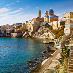 General information about Syros architecture, in Cyclades, Greece: the monuments and buildings to see but also many architectural photos. Top Greek Islands, Greek Islands To Visit, Golden Beach Paros, Mykonos, Syros Greece, Empire Ottoman, Greece Hotels, World Heritage Sites, Places To See