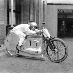 An archive of wacky British inventions An experimental motorcycle Businessman Chris Hodge, from Chislehurst, south east London, has collected more than images and is having them all digitally scanned and archived. Vintage Motorcycles, Cars Motorcycles, Scooters, Moto Scrambler, Harley Davidson, Motorcycle Engine, Motorcycle Design, Bike Design, Old Bikes