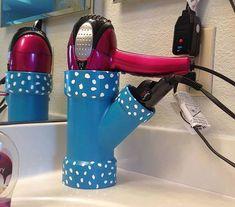 A organização do banheiro vai ficar mais divertida com um suporte assim para secadores e outros itens de beleza. A customização fica com conta da imaginação!