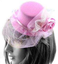 Queridinhos da nobreza, a casquete é um acessório indispensável nas festas da realeza. Invista neste look vintage e arrase na sua festa!
