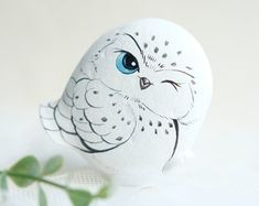 Snow owl stone painting, Stone Art Paint by Acrylic Colour, Unique. Rock Painting Patterns, Rock Painting Designs, Paint Designs, Pebble Painting, Stone Painting, Pebble Art, Painting Snow, Pour Painting, Painting Art