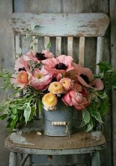 Does anything say Farmhouse Fabulous like a Charming Floral Arrangement? There is nothing like some beautiful blooms put together in a simple yet gorgeous way. You are going to find a collection of Adding a Touch of Spring with Farmhouse Flower Ideas th Arte Floral, Deco Floral, Ikebana, My Flower, Fresh Flowers, Beautiful Flowers, Flower Power, Flower Ideas, Pink Flowers