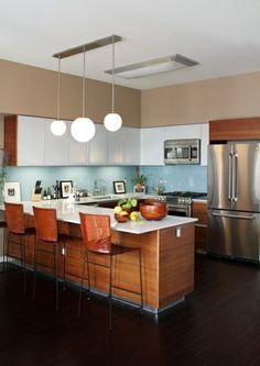 u-form küche Eichenholz-Mobiliar und weiße Fronten