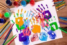 Réaliser les empreintes des mains des enfants