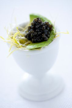 www.kaviaarkoning.nl Slice of avocado and caviar Half avocado, one 50g fresh Calvisius caviar tin, white pepper, salt  Peel the avocado, cut into very thin slices, dress it with salt and pepper and serve it with plenty of caviar and toasted points.