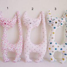 Peluche-doudou chat de décoration en tissu coton rose poudré à pois brillants…