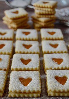 Akad már néhány linzer recept a blogonitt,ittésitt, most pedig egy még újabb változattal bővül a paletta.Ennek averziónak a szódabikarbónától könnyebb a tésztája, a méztől pedig teltebb az íze, sü Sweet Desserts, Sweet Recipes, Cake Recipes, Sweet Cookies, Sweet Treats, Ital Food, Hungarian Desserts, Chocolate Slice, Non Plus Ultra