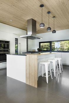 Image 15 of 28 from gallery of Residence G+C / DESK architects. Photograph by Maxime Brouillet Interior Design Kitchen, Kitchen Decor, Natural Wood, Home Kitchens, Oasis, Architects, Beautiful Homes, Building A House, Bathrooms
