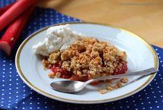 Die Krönung für jeden Osterbrunch: Erdbeer-Rhabarber-Crumble mit Kokosstreuseln und weißer Schokolade - thewaitress.de