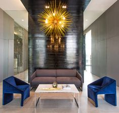 Meeting room, The Velopers, San Francisco, Panama - Bettis Tarazi #interiordesign #interiors #houseinteriors #office #comercial #panama #luxury #design #blue #bluevelvet #gold #lamp #meetingroom #meeting #officeinteriors
