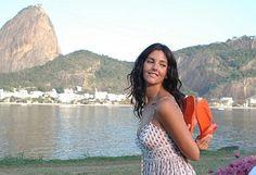 Cristiana Reali de havaianas flash  Cristiana Reali (São Paulo, 16 de março de 1965) é uma atriz ítalo-brasileira radicada em Paris, onde vive desde a primeira infância, para onde seu pai, o jornalista Reali Júnior, transferiu-se no início da década de 1970, por força da profissão.