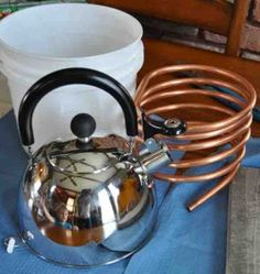 Homemade essential oil distiller (I'm happy to buy mine right now--but this could come in handy as the herb garden gets growing) Herbal Remedies, Home Remedies, Sante Bio, Perfume Floral, Limpieza Natural, Essential Oil Distiller, Homemade Perfume, Making Essential Oils, How To Make Oil