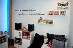 Pokój z napisem na ścianie - Rekami.pl