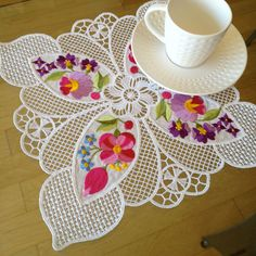 The lovely classic white of free standing lace makes a striking counter part to the colorful blossoms and bright petals in Tea Doily Emma from Embroidery Necessity. Machine Embroidery Projects, Embroidery Patterns Free, Machine Embroidery Applique, Lace Embroidery, Lace Patterns, Custom Embroidery, Clothes Patterns, Dress Patterns, Sewing Crafts