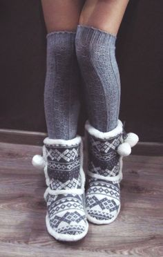 Grey slippers with the leg warmers gotta get some. Grey Slippers, Cute Slippers, Knitted Slippers, Slipper Boots, Cosy Socks, Warm Socks, Fluffy Socks, Cold Weather Fashion, Winter Fashion