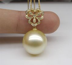 A pearl necklace is such a classic piece of jewelry that it works for almost any occasion. Pearls have an effortless elegance about them and can be dressed up or dressed down. Gems Jewelry, Pearl Jewelry, Bridal Jewelry, Beaded Jewelry, Jewelery, Jewelry Accessories, Jewelry Design, Gemstone Jewelry, Long Pearl Necklaces