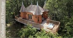 Monbazillac treehouse dordogne france europe european glamping holidays balcony exterior view from above Stay In A Treehouse, Treehouse Hotel, Luxury Tree Houses, Cool Tree Houses, Treehouse Masters, Patio Grande, Tree House Designs, Dordogne, In The Tree