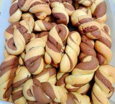 Δίχρωμα κουλουράκια πορτοκαλιού, νηστίσιμα και τραγανά! Greek Sweets, Greek Desserts, Greek Recipes, Easy Desserts, Cake Mix Cookie Recipes, Cake Mix Cookies, Cupcakes, Greek Cookies, Greek Pastries