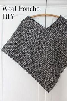 Poncho refacil con un cuadrado de tela de 90 cms. La cortas por la mitad en 2 piezas de 90 x 45 cms y coses las dos piezas. Instrucciones en el link.