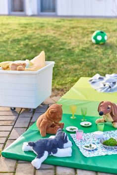 IKEA Deutschland | Es ist Sommer. Der perfekte Zeitpunkt also, viele Aktivitäten ins Freie zu verlegen. Sobald die Entscheidung für den Ort der Party gefallen ist, verwandelst du ihn mit so geringem Aufwand wie möglich in eine tolle Location. #IKEA #Balkon #outdoor #Sonne #Gartenmöbel #Terasse #Garten #Balkon #draußen #essen #party #midsommar #scandi #skandi #scandinavian Ikea Outdoor, Digital Play, Picnic Blanket, Outdoor Blanket, Recycling Facility, Gymnastics Mats, Gym Mats, Plastic Bins, Gross Motor Skills