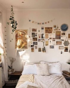 Photo shared by Bedroom Goals! 🙌🏼 on July 19, 2020 tagging @nikeydauringon. Image may contain: bedroom and indoor Indie Room, Indie Bedroom Decor, Cute Room Decor, Wall Decor, Aesthetic Room Decor, Aesthetic Indie, Room Ideas Bedroom, Bedroom Goals, Bedroom Inspo