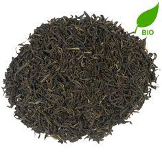 CHINA JASMIN BIO | Door de toevoeging van bloemen krijgt de China Jasmin zijn bijzondere aroma. Na droging worden de bloemen uit de thee gehaald, maar niet voordat de heerlijke bloemengeur in de thee is getrokken. Dit proef je terug in de krachtige smaak. Niet voor niets is dit proces al 1000 jaar onveranderd. |