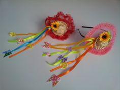Tiara com chapéu de palha, fitas e flores. Lindo acessório para as festas juninas.    Tamanho único.    A cor das fitas podem variar.