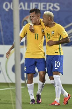 Brazil's Philippe Coutinho (L) celebrates his goal against Bolivia with teammate Neymar during their Russia 2018 World Cup qualifier football match in Natal, Brazil, on October / AFP / Nelson ALMEIDA Brazil Football Team, Football Icon, Football Match, Football Soccer, Football Players, Neymar Jr, Fifa, Brazilian Soccer Players, Gabriel Jesus