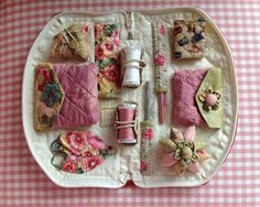 Sewing Room Secrets Sewing Caddy Pattern from Australian Patchwork and Quilting vol no 6 (or vol 6 noSewing Room Secrets Sewing Caddy- a neat idea for a present for a beginner!Sewing Room Secrets Sewing Caddy - love how every thing you use is altoget Small Sewing Projects, Sewing Hacks, Sewing Crafts, Sewing Tutorials, Needle Case, Needle Book, Sewing Caddy, Sewing Kits, Coin Couture