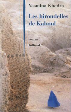 Yasmina Khadra - Les hirondelles de Kaboul    Un geste atroce... et l'acte d'amour désespéré d'une de ces femmes que Yasmina Khadra baptise les «hirondelles de Kaboul».    Dans le Kaboul de l'an 2000, alors que les talibans font régner sur l'Afghanistan un régime atroce, quatre personnages inoubliables. Il y a Mohsen, qui descend d'une famille de commerçants prospères que les talibans ont ruinée; Zuneira, sa femme, qui fut une enseignante brillante et qui n'a plus le droit de sortir de chez…