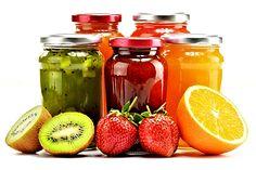 """... jednotlivé druhy ovoce se značně liší obsahem pektinů, které způsobují rosolovatění. Proto do ovoce bohatého na pektiny přidáváme méně želírovacích přípravků, popř. je můžeme i vynechat (pak je však doba varu delší, protože uvolněnou šťávu musíme nechat částečně odpařit), a naopak ovoce chudé na pektiny více """"zahušťujeme"""" želírovacími přípravky ... Hot Sauce Bottles, Preserves, Smoothie, Salsa, Mason Jars, Homemade, Canning, Vegetables, Tableware"""