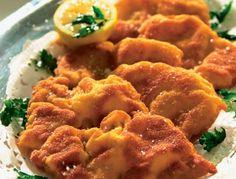 Für das Wiener Schnitzel gut zugeputzte Schnitzel auf eine Stärke von etwa 2-4 mm klopfen und beidseitig salzen. In einem flachen Teller die Eier