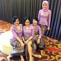 Pretty in purple  siapa tahu bisa jadi inspirasi bagi Anda calon bridesmaid  photo via @yaranazhira  #pernikahanindonesia #inspirasikebaya by pernikahanindonesia