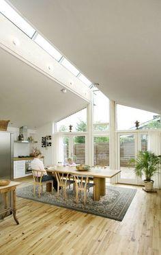 Lav loft til kip i gammelt 60'er-hus  Rytterlys og loft til kip i køkken-alrum.