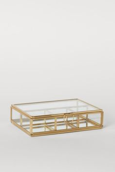 Rectangular jewellery box in clear glass with a metal frame and mirrored base. Lid with a small hook at the front and metal chain at one side. Glass Jewelry Box, Jewelry Stand, Metal Jewelry, Jewellery Box, Classic Curtains, Accesorios Casual, H & M Home, Washed Linen Duvet Cover, Glass Boxes