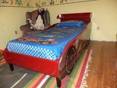 Como forma de agradecimiento a todos los posts que me han dado ideas, hago éste con una idea que espero sea útil a otros. Utilizando una cama vieja (de mi niñez), una plancha de MDF de 15 mm, tornillos, un poco de pintura, una impresión en vinilo...