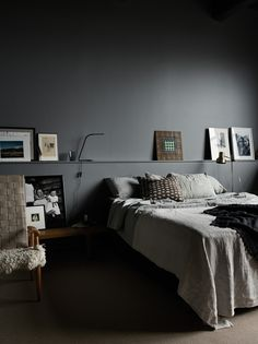 Cozy and stylish bedroom with grey walls in photographer Pia Ulin's loft – Loft İdeas 2020 Dark Gray Bedroom, Gray Bedroom Walls, Small Master Bedroom, Grey Walls, Home Bedroom, Bedroom Decor, Bedroom Ideas, Dark Walls, Bedroom Lighting