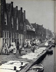 Leiden, Waardgracht, laundry drying on the street. Rotterdam, Leiden Netherlands, South Holland, Laundry Drying, Old Pictures, Illusions, Dutch, Past, Places To Visit