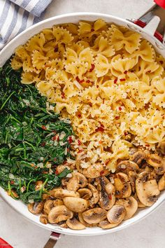 Parmesan Spinach Mushroom Pasta Skillet – Super quick and impossible to mess up! This parmesan spinach mushroom pasta skillet is the ultimate win for vegetarian weeknight dinners! The farfal… Spinach Mushroom Pasta, Spinach Stuffed Mushrooms, Spinach Pasta Recipes, Vegetarian Recipes Dinner, Healthy Dinner Recipes, Cooking Recipes, Cooking Tools, Pasta Facil, Health Dinner