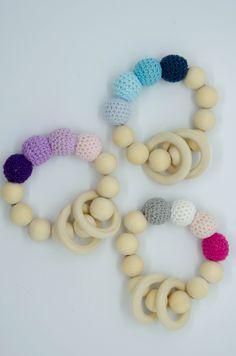 Für kleine Kinderhände sind die Greiflinge perfekt und ein heiß geliebtes Spielzeug.  Sie fördern den Greifreflex und somit die motorische Entwicklung unserer Kinder. Crochet Necklace, Beaded Bracelets, Lilac, Kids Hands, Handarbeit, Pearl Bracelets, Seed Bead Bracelets, Pearl Bracelet