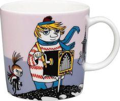 "Arabia's mug ""Tooticky violet"" (Tuutikki violetti) with elegant shape and kind motif from the Moomin world. Charming pottery from Finland. Moomin Shop, Moomin Mugs, Troll, Les Moomins, Tove Jansson, Thing 1, Porcelain Mugs, Mug Designs, Scandinavian Design"