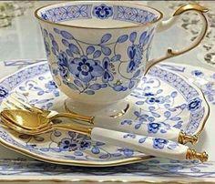 Šálek na čaj * bílý porcelán s malovanými modrými květy, se zlatým okrajem a zlatým dezertním příborem s porcelánovou rukojetí ♥